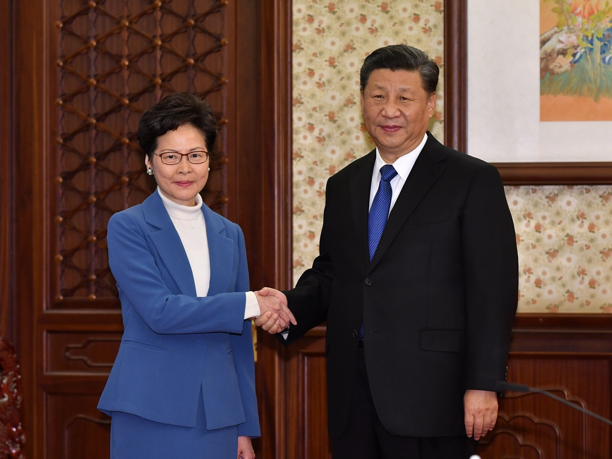 写真・図版 : 中国の習近平国家主席(右)と香港の林鄭月娥行政長官=2019年12月16日、北京