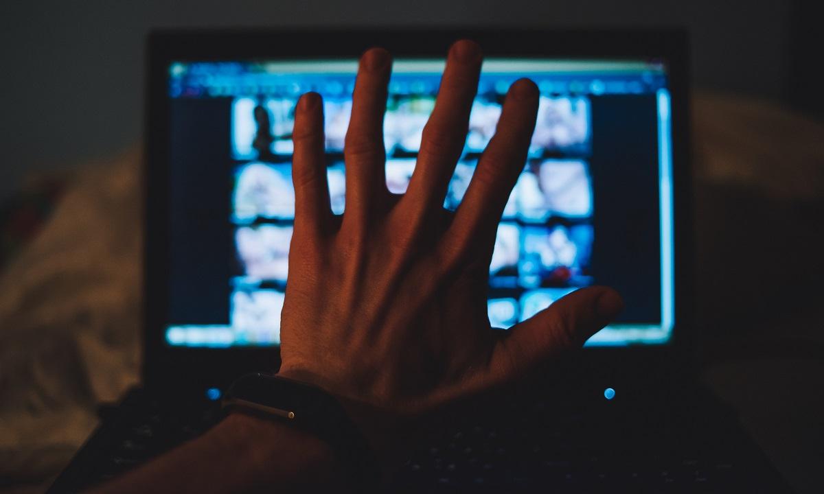 写真・図版 : ネットで簡単にアクセスできるAVに対するリテラシーが必要だ Stenko Vlad/Shutterstock.com