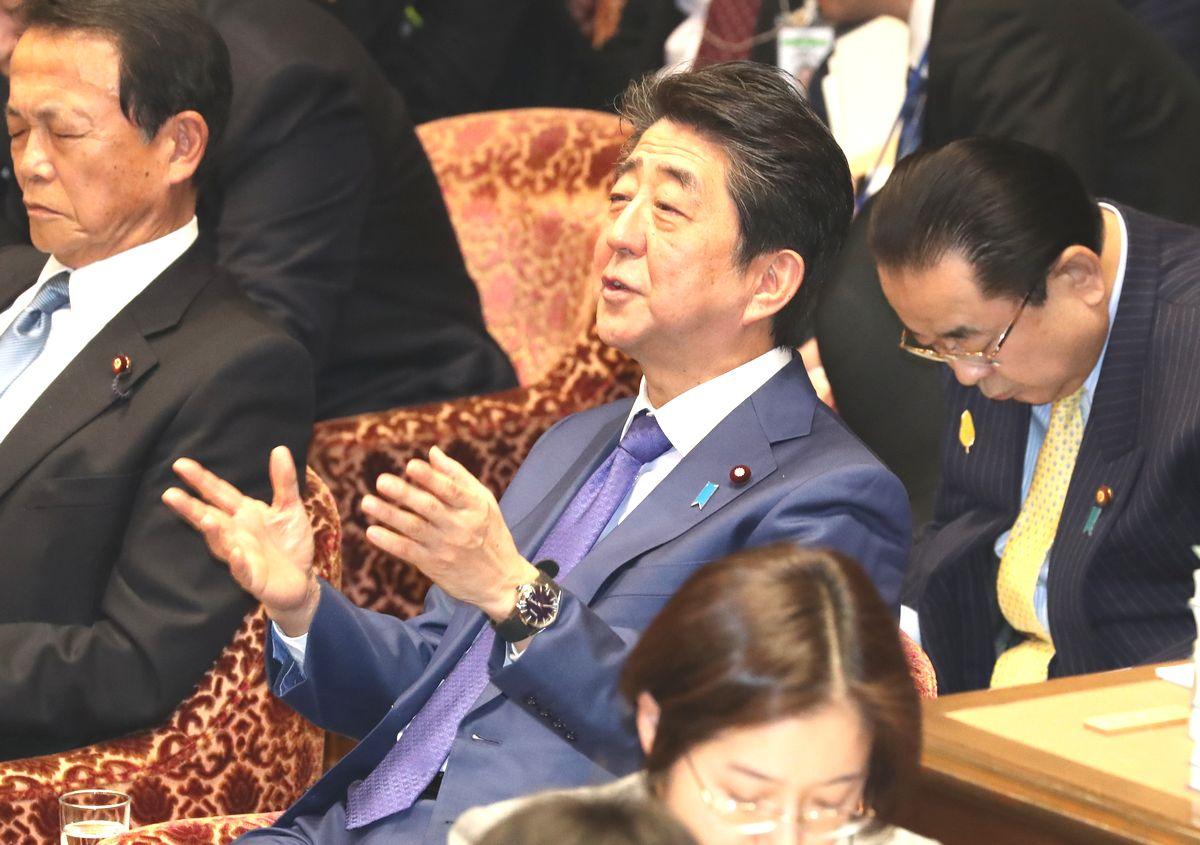 写真・図版 : 衆院予算委で、野党統一会派の小川淳也氏の質問中、自席から発言する安倍晋三首相=2020年2月5日