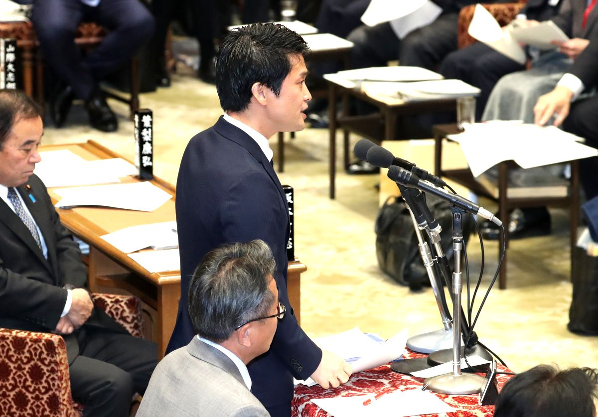 写真・図版 : 衆院予算委で質問する小川淳也氏=2020年1月28日
