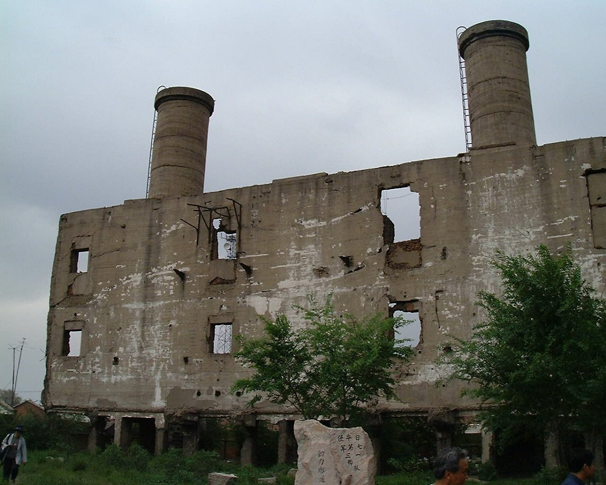 写真・図版 : 保存されている731部隊の施設跡=2000年5月30日、中国・ハルビン