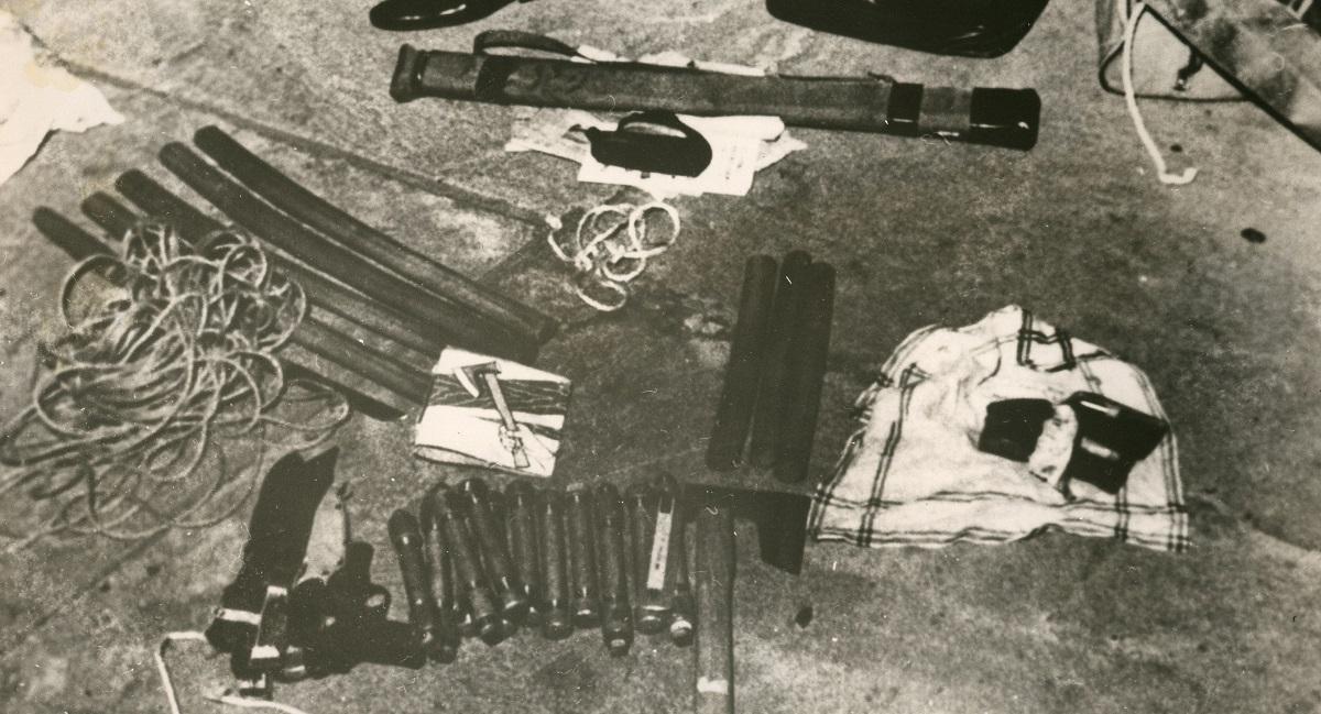 北朝鮮に乗り入れた同機から押収された凶器など。日本刀、ピストル、斧、ロープなどがある=朝鮮中央通信が朝鮮通信社を通じて発表、1970年4月