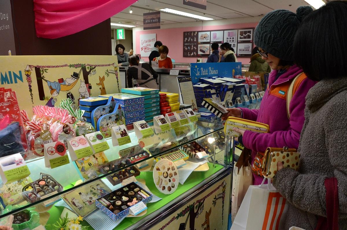 写真・図版 : にぎわう百貨店のチョコ売り場