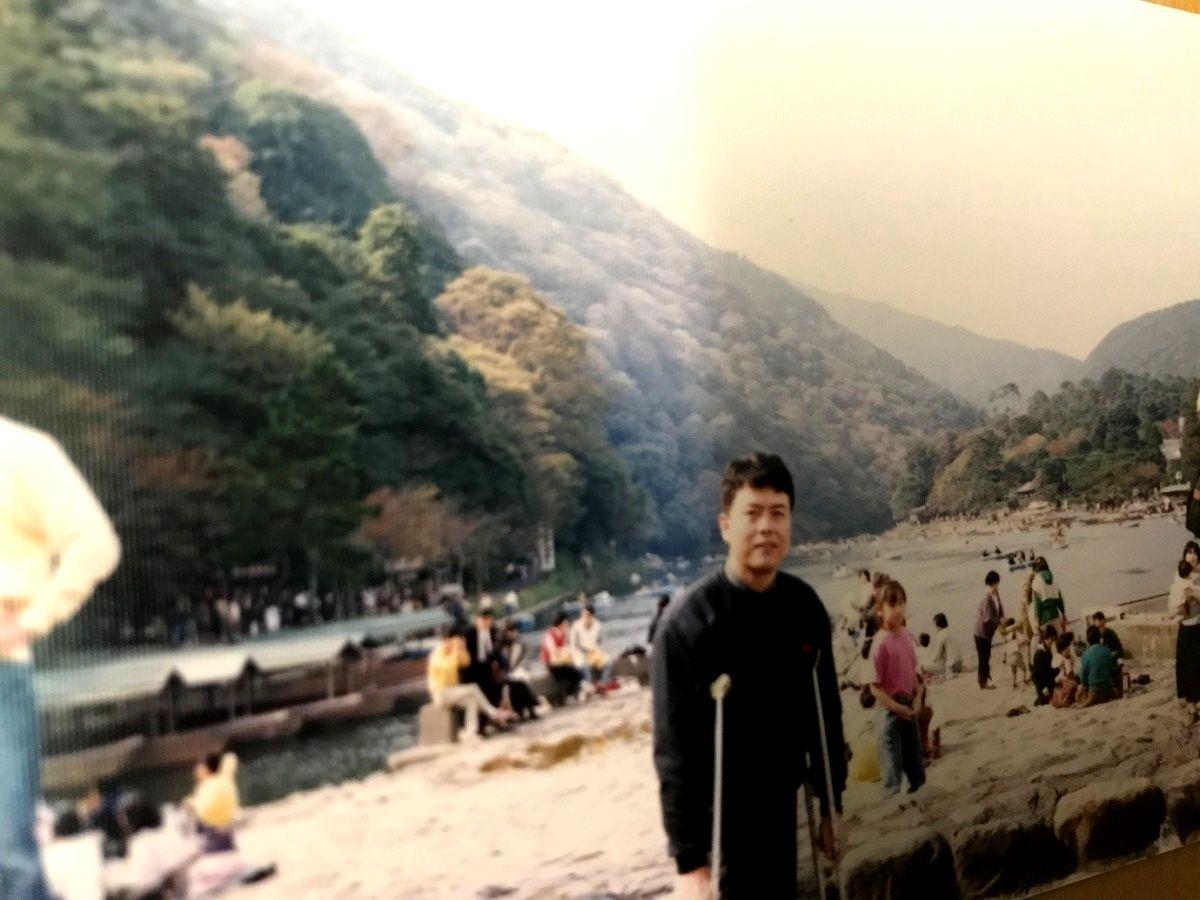 写真・図版 : 일본 유학 시절의 필자, 교토 아라시야마(嵐山)에서 1990년 봄= 필자 제공
