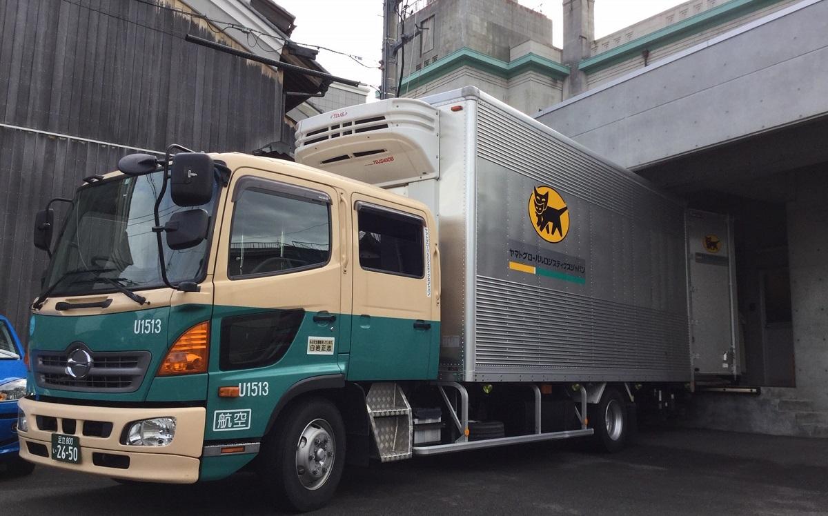 写真・図版 : 絵画を運ぶ美術品専用トラック
