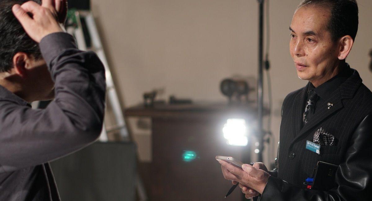 写真・図版 : 眼光鋭く撮影を見守る東京印書館のプリンティングディレクター、高柳昇さん