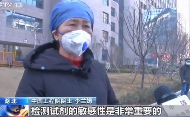 写真・図版 : 中国国営中央テレビの取材に答える李蘭娟(リー・ラン・チュワン)医師=同テレビの画面から
