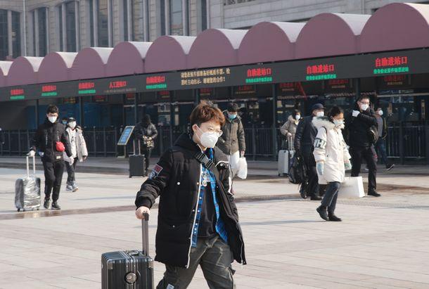 写真・図版 : 2月10日から通常出勤となる北京だが、春節休暇で過ごした郷里から帰るマスク姿の人が多く見られた。2日の春節終了から時間が経っていることや、鉄道の運行制限などもあって、例年のように大混雑にはなっていない=2020年2月9日、北京市