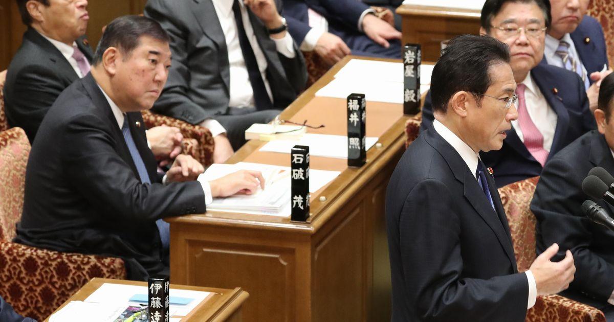 写真・図版 : 衆院予算委で質問する自民党の岸田文雄政調会長(右手前)と見つめる自民党の石破茂元幹事長(左)=2020年2月3日