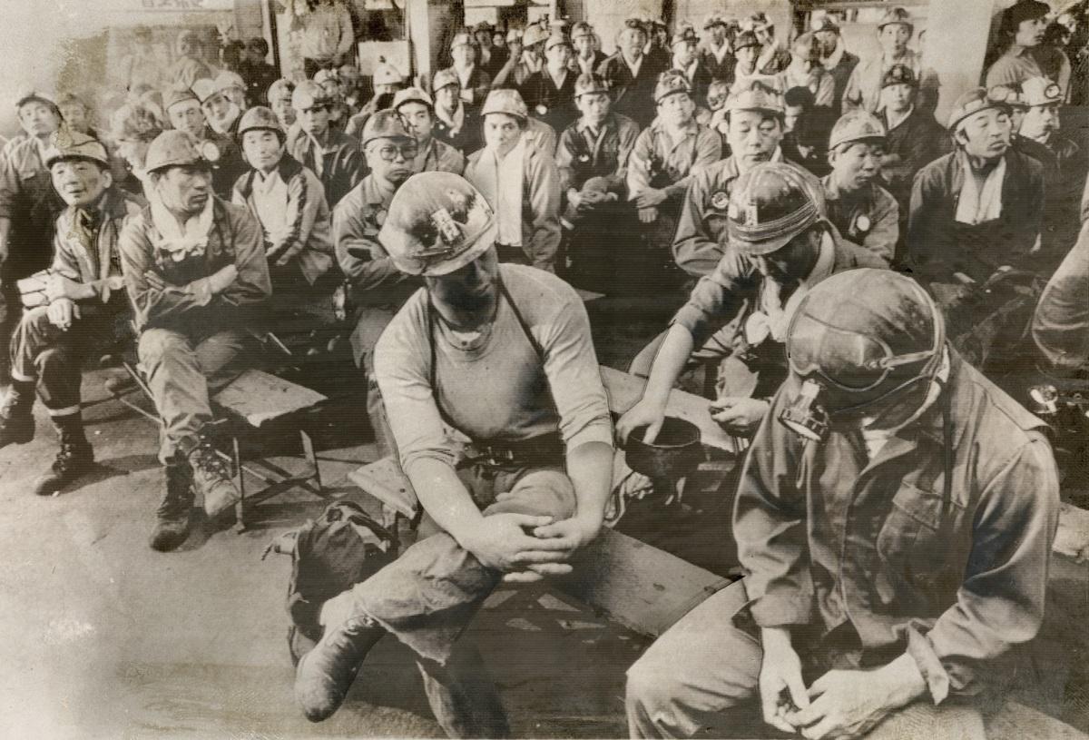 写真・図版 : 閉山が決まった北炭夕張炭鉱で、最後の採炭作業を前にした坑内員たち=1982年10月8日、北海道夕張市