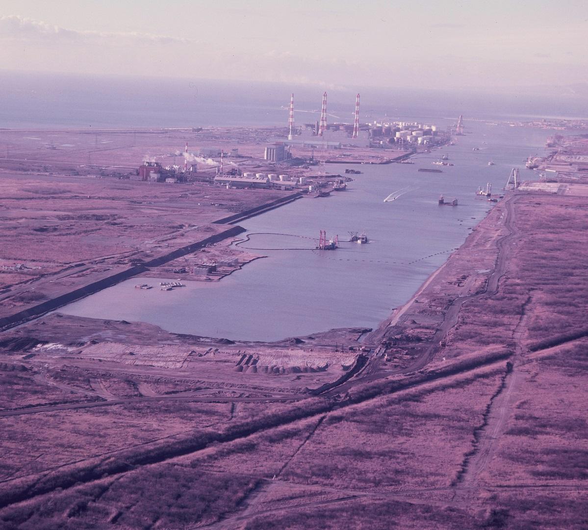 写真・図版 : 砂浜と原野だった場所に掘込式で築港された苫小牧港=1972年12月