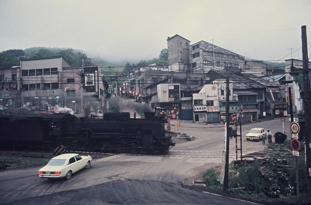 写真・図版 : 夕張市随一の繁華街だった本庁地区=1974年7月