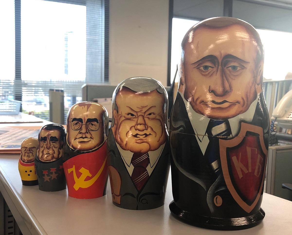 写真・図版 : ソ連、ロシアの歴代指導者をかたどったマトリョーシカ