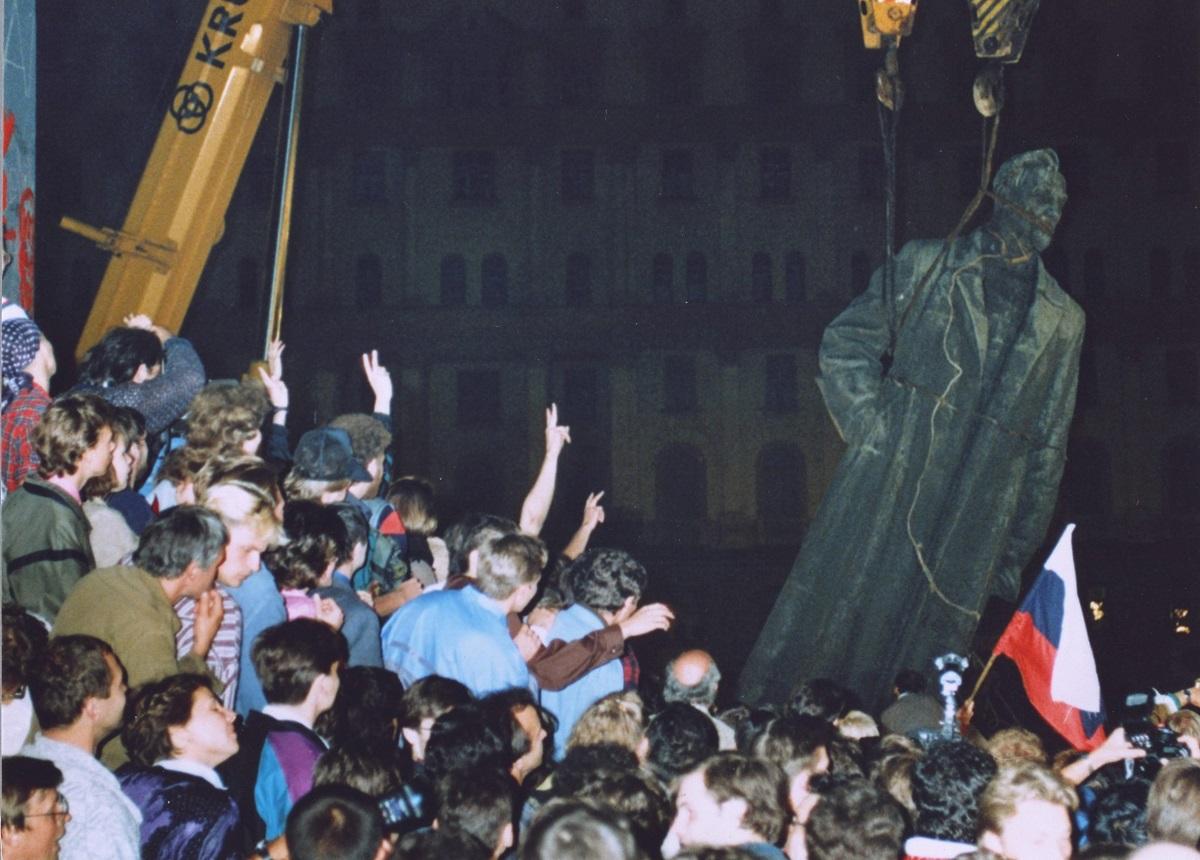 写真・図版 : 「秘密警察の父」といわれたヴェーチェーカーの創設者ジェルジンスキーの像は、1991年のソ連保守派のクーデターが失敗したときに引き倒された=1991年8月22日、モスクワ