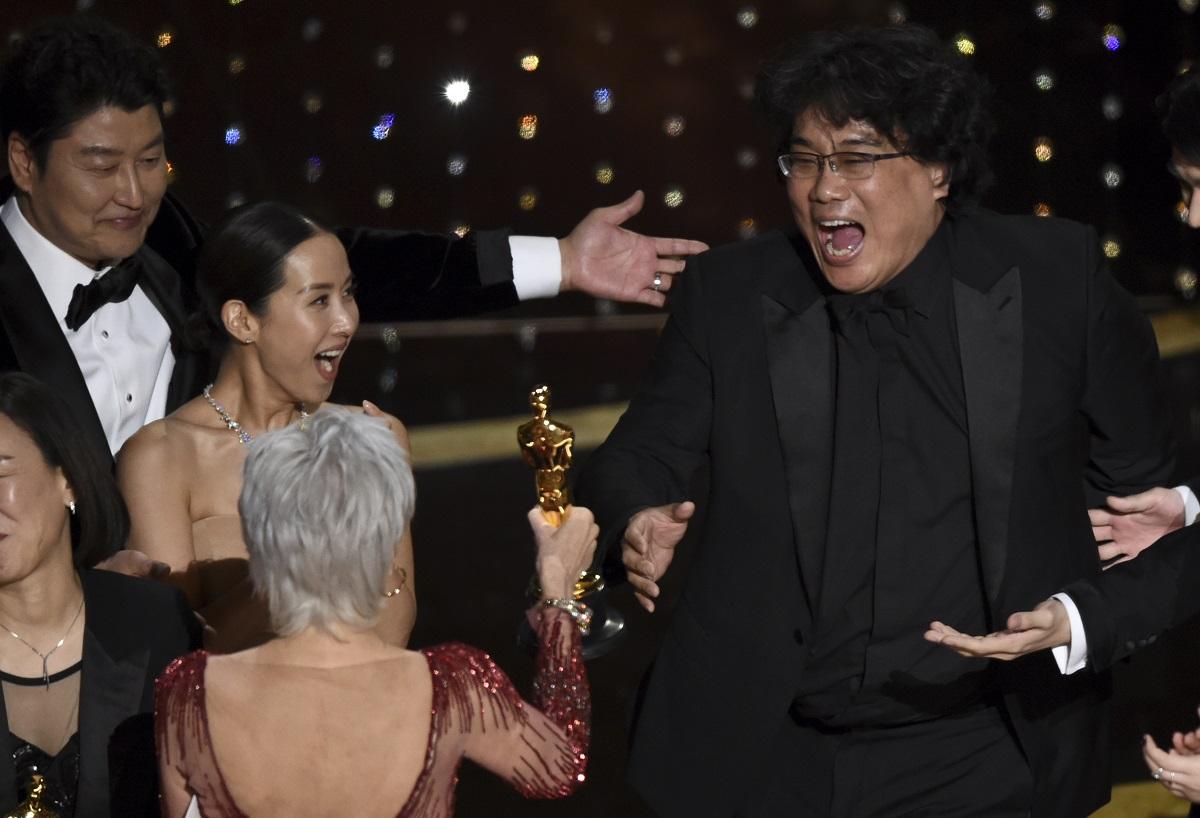 『パラサイト 半地下の家族』でアカデミー賞作品賞を受賞したポン・ジュノ監督(右)、一番左は主演のソン・ガンホ=AP