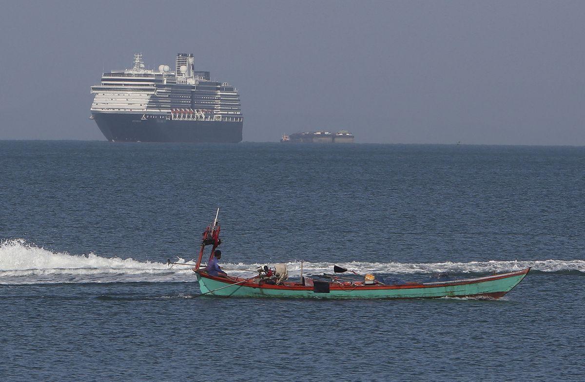 写真・図版 : 日本での入港が拒否され、カンボジアのシアヌークビル港が受け入れたクルーズ船=2020年2月13日、カンボジアのシアヌークビル港(AP)