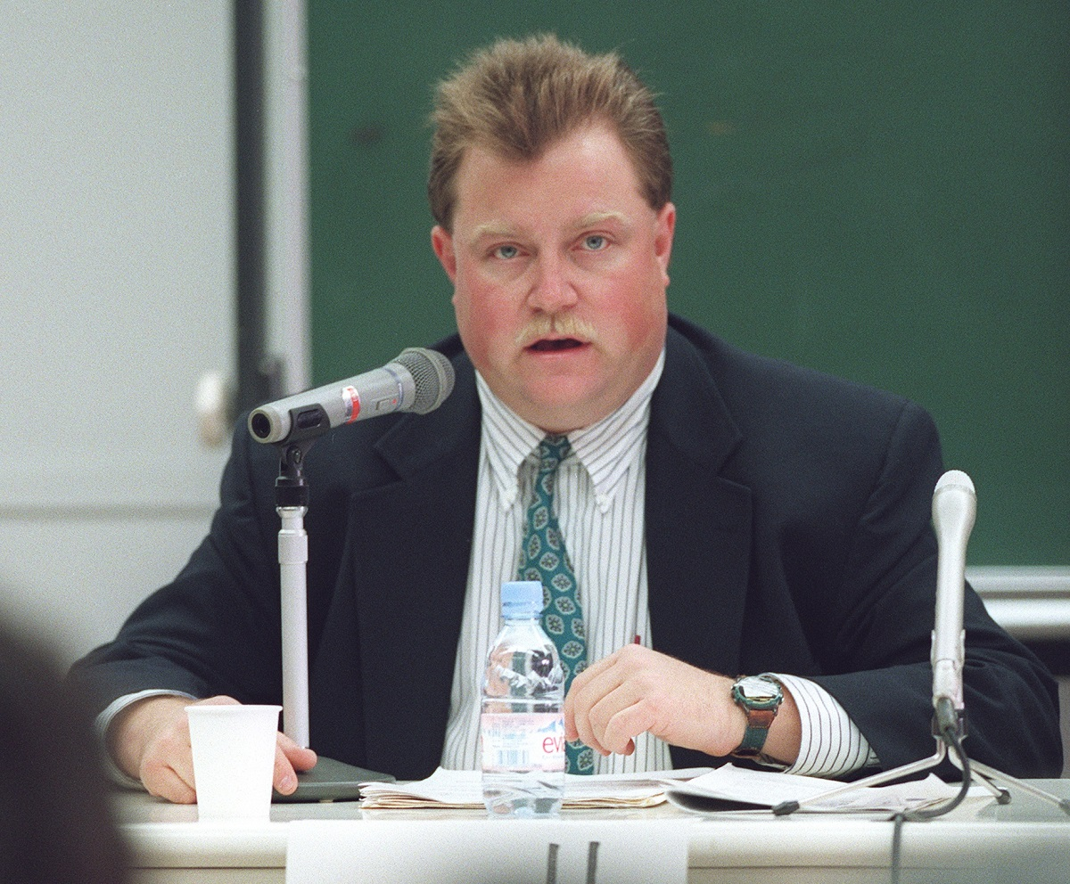 写真・図版 : 来日し、捜査当局の手法やメディアのあり方について講演したリチャード・ジュエルさん=1997年10月、明治大学で