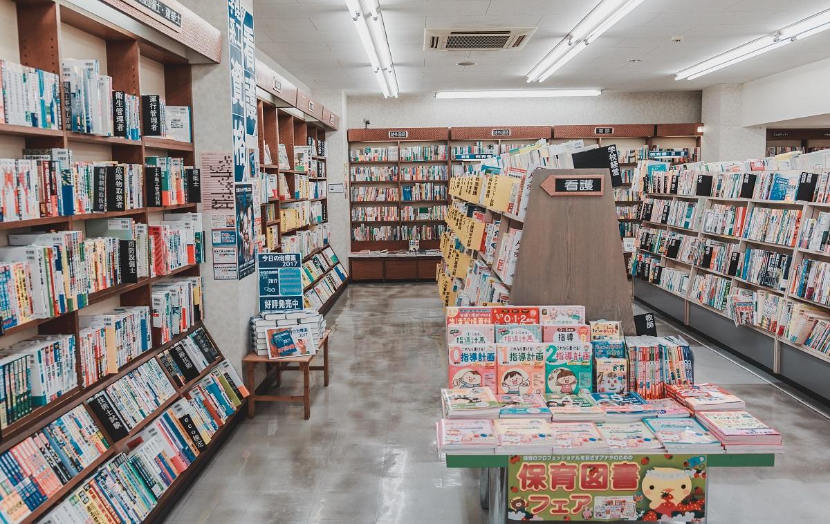 写真・図版 : 書店の数は、この20年でざっと半減した(写真はイメージ) KenSoftTH/Shutterstock.com