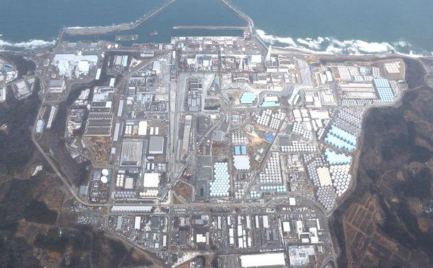 写真・図版 : 東京電力の福島第一原発。汚染水への対応に追われ、廃炉への道も険しいままだ=2016年3月12日