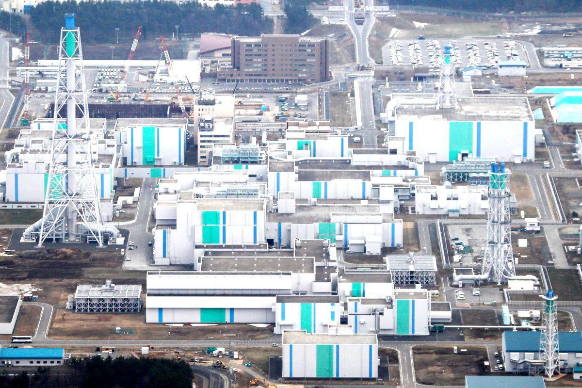 写真・図版 : 日本原燃の再処理工場と関連施設=2013年、青森県六ケ所村
