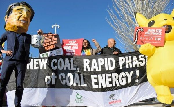 日本の温暖化対策を批判するNGOメンバー。石炭火力発電所はその象徴だ=2019年12月、スペイン・マドリード、FoE Japan提供