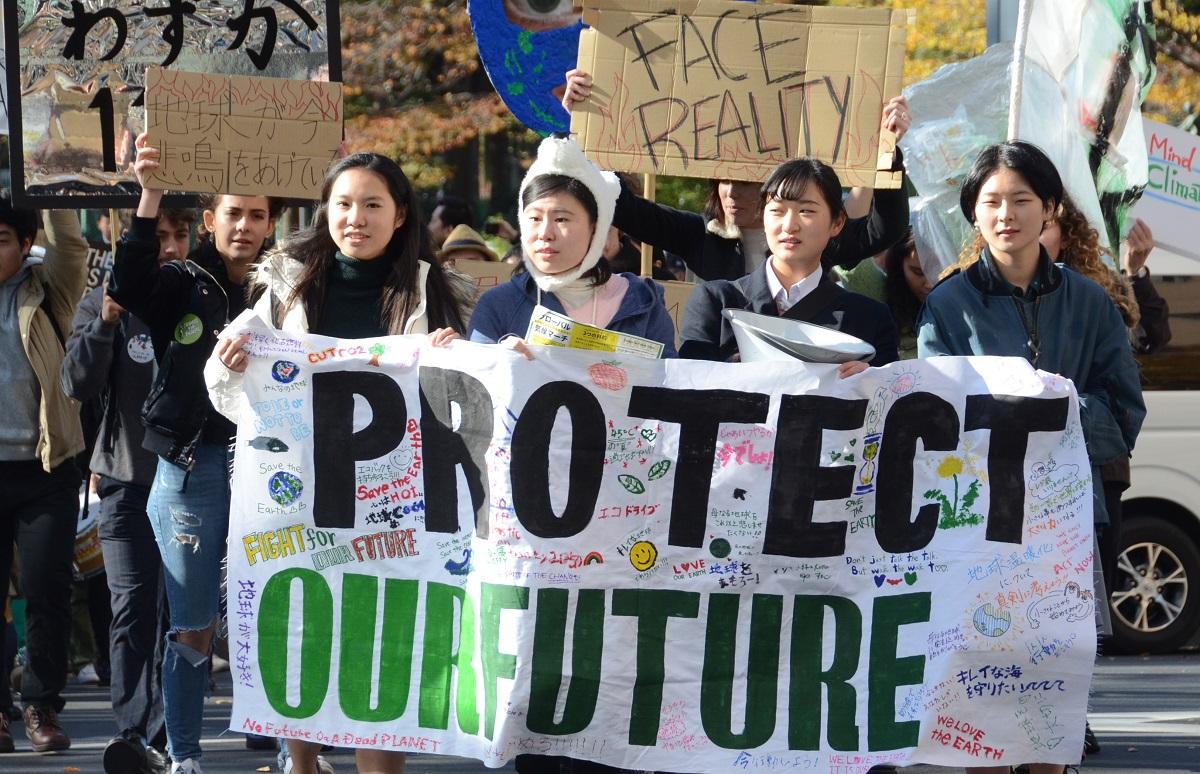 写真・図版 : 気候危機を訴える若者たちには高校生も少なくない=2019年11月、東京都新宿区