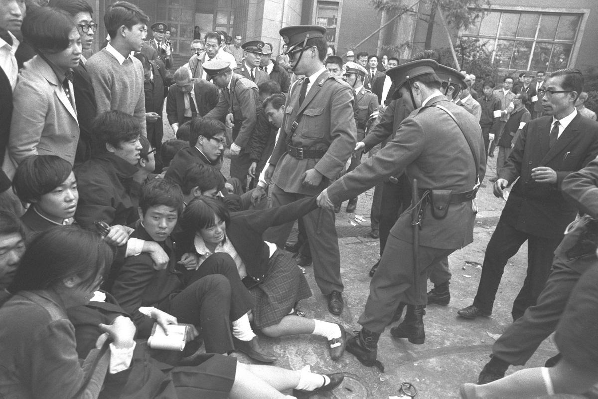 写真・図版 : 校舎のバリケード封鎖解除のために出動した警官隊と衝突する都立日比谷高校の生徒たち=1969年10月