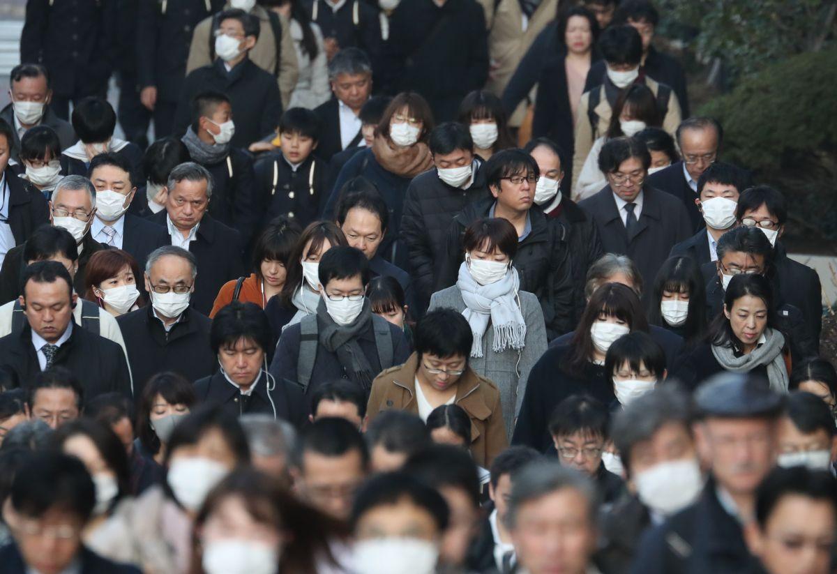 写真・図版 : 朝の通勤・通学で混み合う道ではマスクを着用する人が目立つ=2020年2月17日午前8時1分、東京都中央区