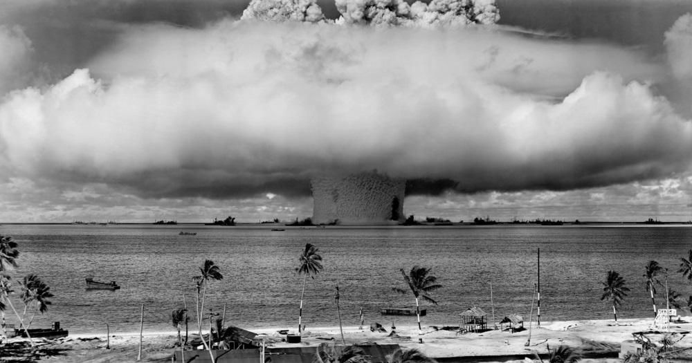 写真・図版 : ビキニ環礁で行われたアメリカの核実験=1946年7月25日 Shutterstock.com
