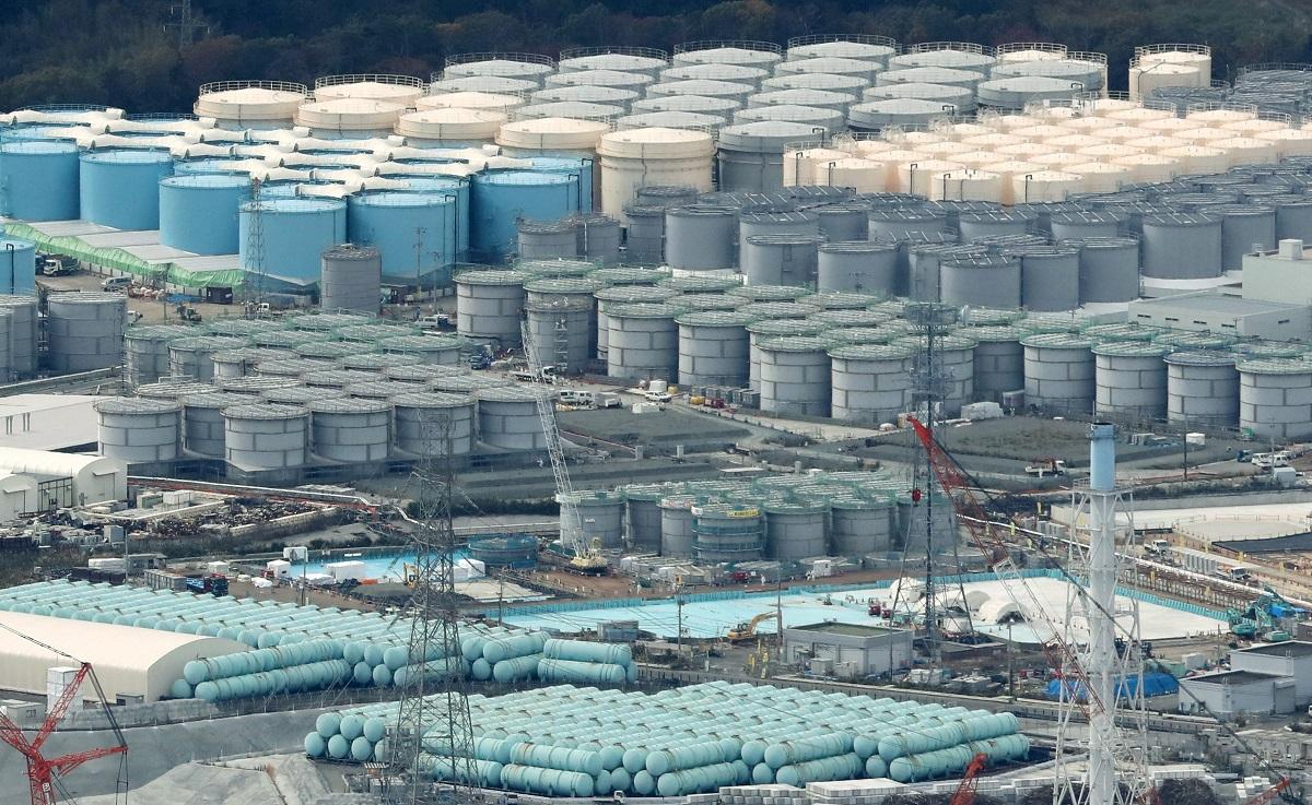 写真・図版 : 福島第一原発の敷地に並ぶ処理水の入ったタンク=2016年11月10日