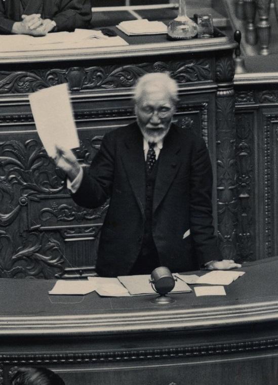 写真・図版 : 1937年、貴族院本会議で質問する田中館愛橘議員
