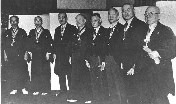 写真・図版 : 第1回文化勲章受賞者 。右端が長岡半太郎=1937年4月28日
