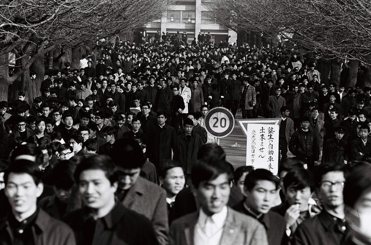 写真・図版 : 慶応大入試に向かう受験生たち=1967年2月