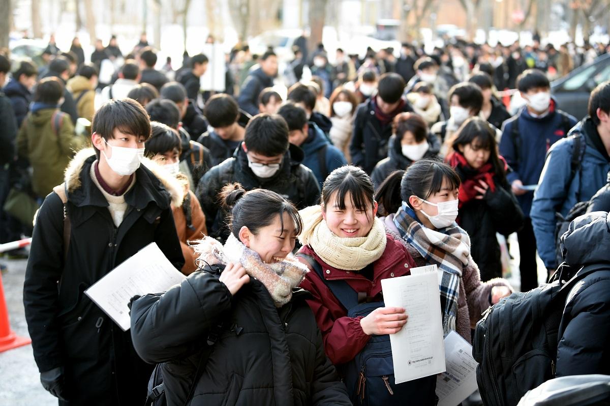 写真・図版 : 「最後のセンター試験」になった今年の入試会場=2020年1月18日、札幌市の北海道大学