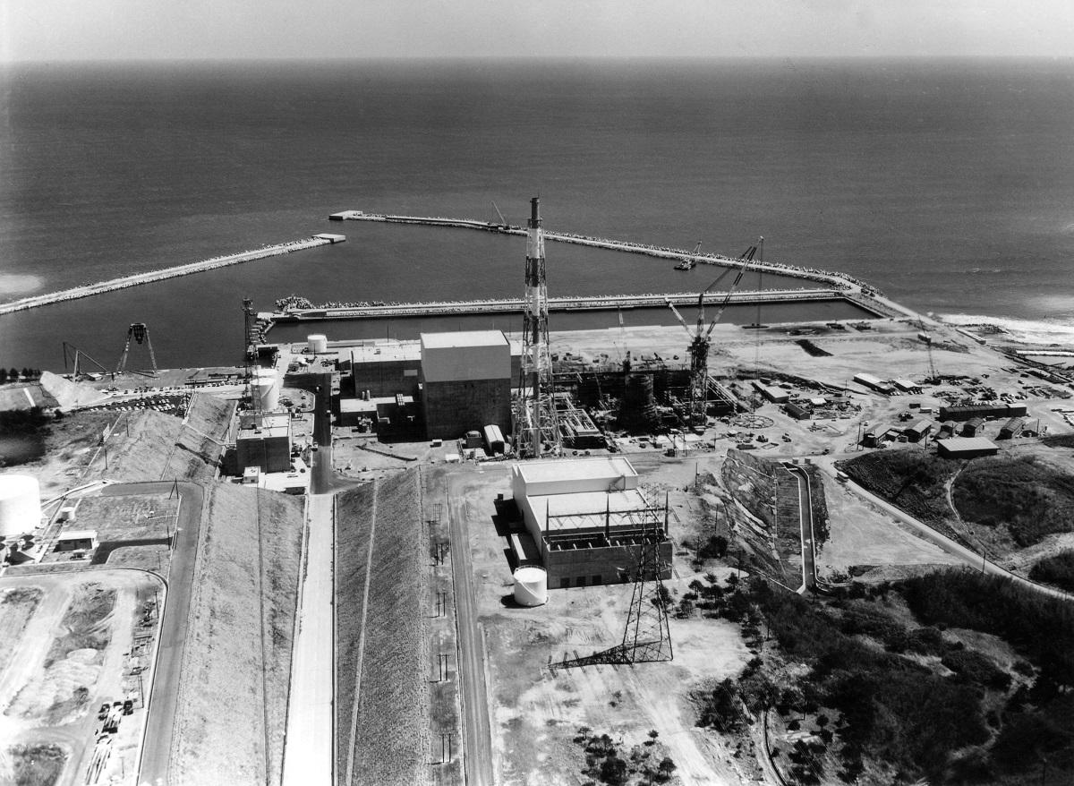写真・図版 : 1号炉完成間近の福島第一原発=1970年撮影
