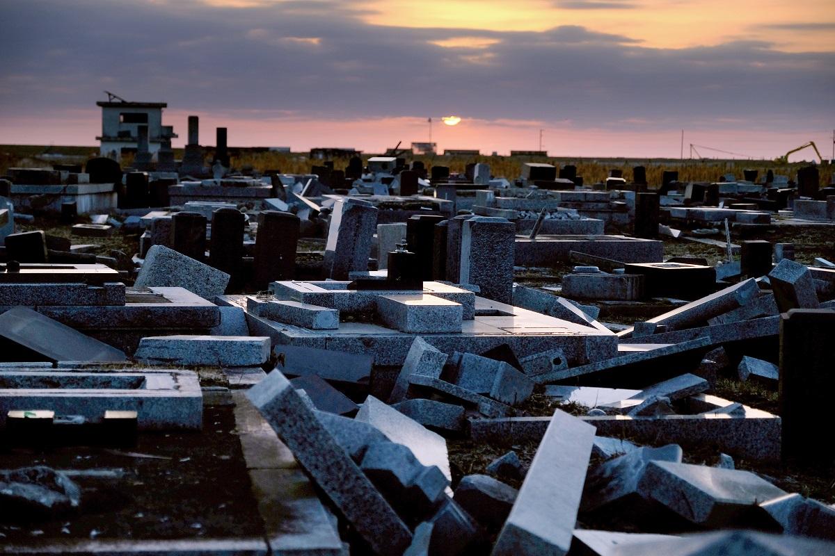 写真・図版 : 墓石が倒れたままになっていた請戸墓地=2018年3月11日、福島県浪江町