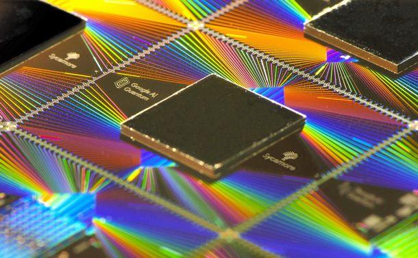 写真・図版 : 高速計算の実証に使われた量子コンピューターのチップ=グーグル提供