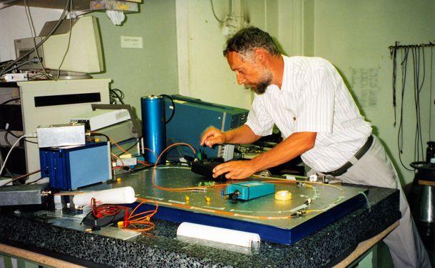 写真・図版 : 1995年の取材で量子暗号の実験機材を見せてくれたスイス・ジュネーブ大のN.ジザン博士=尾関章撮影