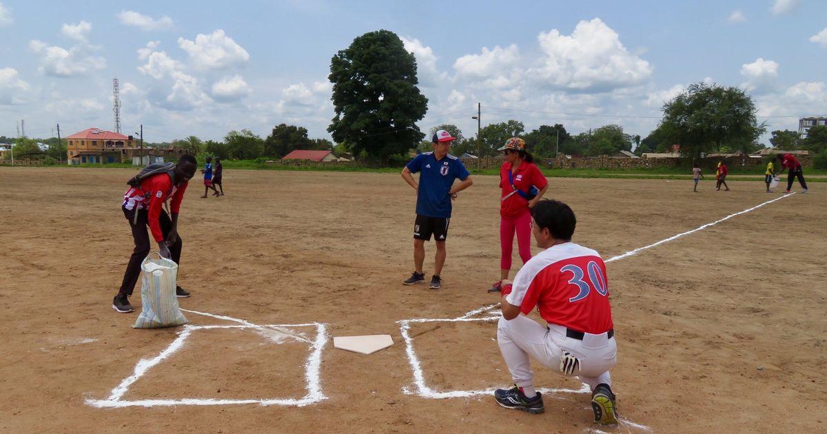 写真・図版 : グラウンドに石灰でダイヤモンドを描く。野球場の雰囲気が出てきた