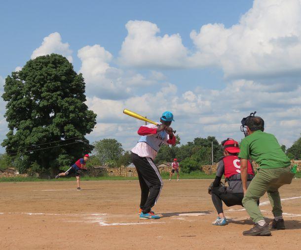 写真・図版 : ピッチャーダイスが投げた一球をピーターが一振。反撃の一打となった。審判はイマニ
