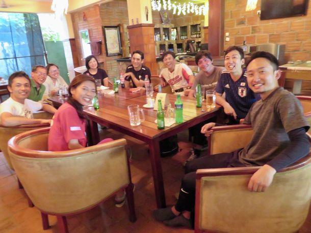 写真・図版 : オールジャパンの試合後、宿舎のレストランに集合し、反省会となった