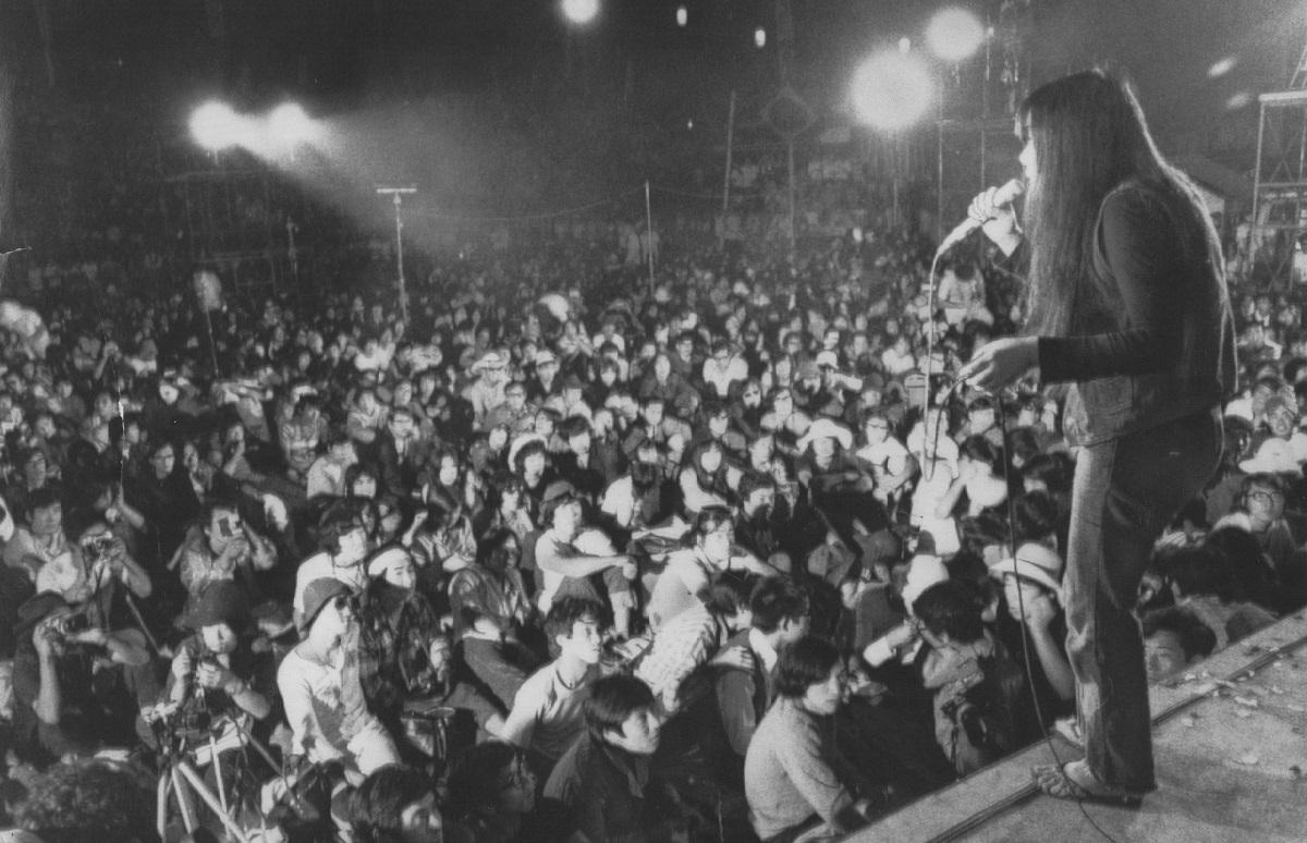 写真・図版 : 1971年8月、中津川フォークジャンボリーで歌う浅川マキ=岐阜県坂下町