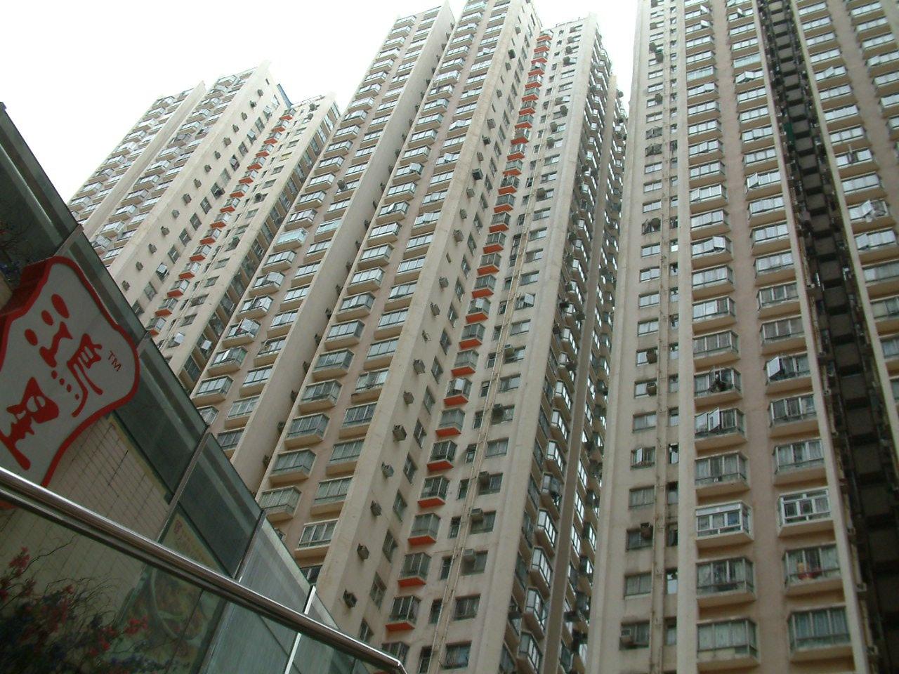 写真・図版 : SARSの大量感染が発生した香港のアモイガーデンのマンション群=2003年4月16日