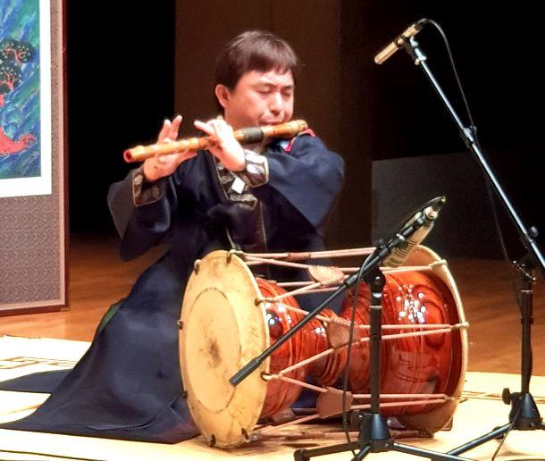 写真・図版 : テグム(横笛)を演奏する筆者=2019年、ソウル南山国楽堂
