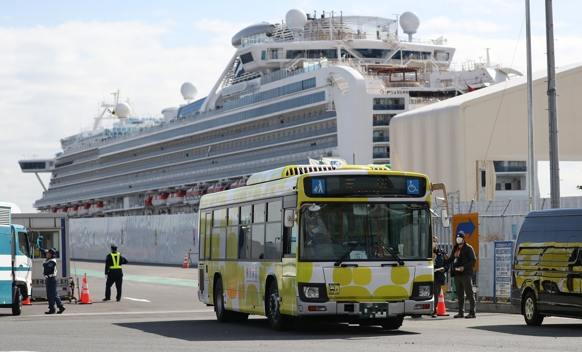 ダイヤモンド・プリンセス号を下船した乗客を乗せたバス(ナンバーをモザイク加工しています)=2020年2月19日午前11時52分、横浜市鶴見区20200219
