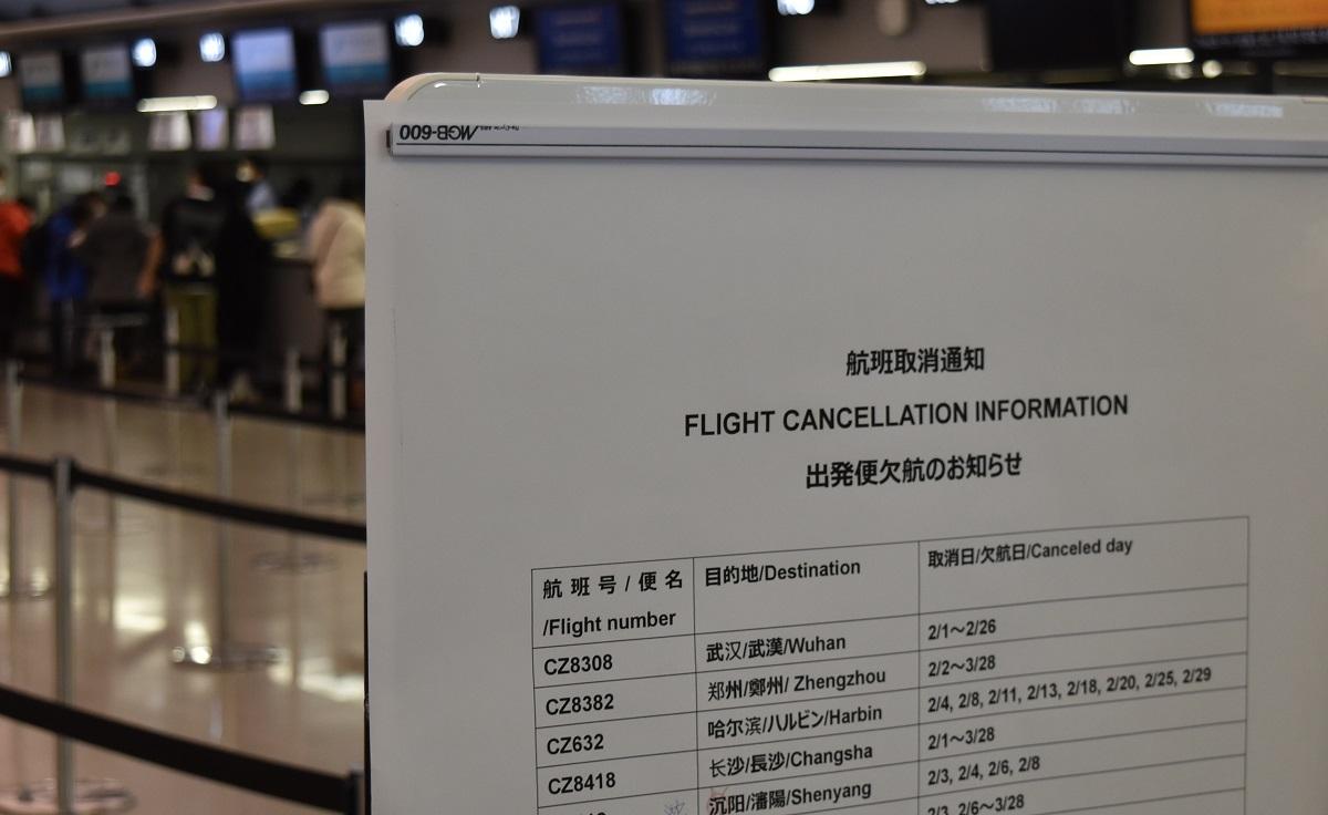 写真・図版 : 中国便の運休を知らせる航空会社の貼り紙=2020年2月5日、関西空港