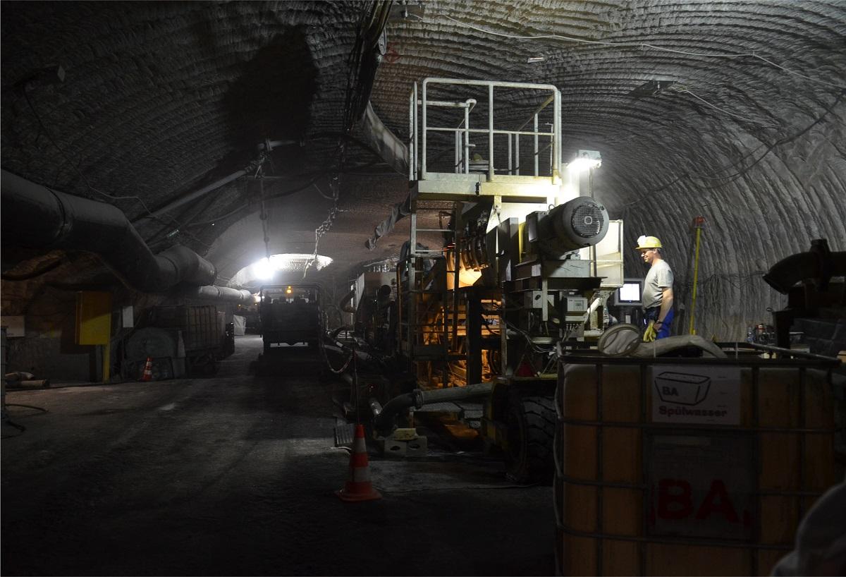 写真・図版 : 放射性廃棄物を廃棄した地下750メートルで作業する人たち=2013年、ドイツ中部アッセ