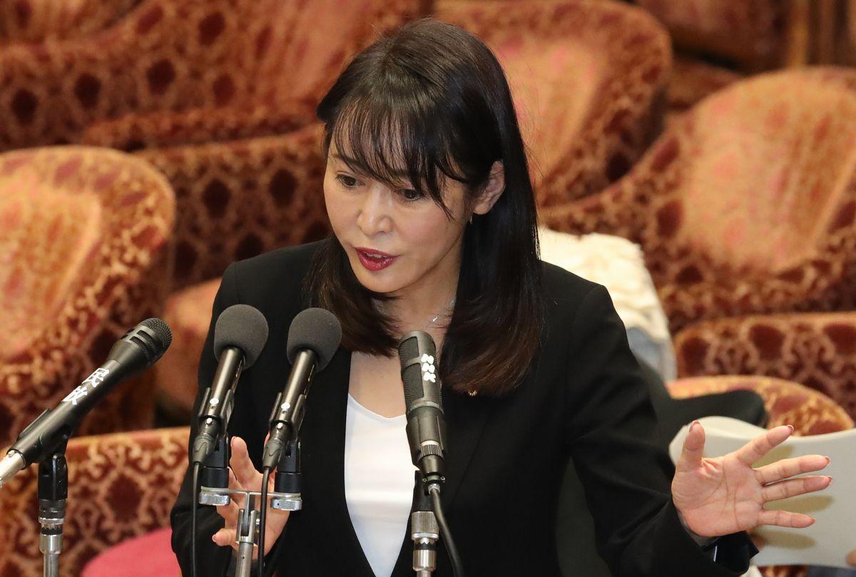 写真・図版 : 衆院予算委で答弁する森雅子法相=2020年2月20日