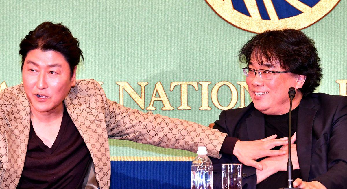 写真・図版 : 会見するポン・ジュノ監督(右)と主演のソン・ガンホさん=2020年2月23日、東京・内幸町のプレスセンター・ビル