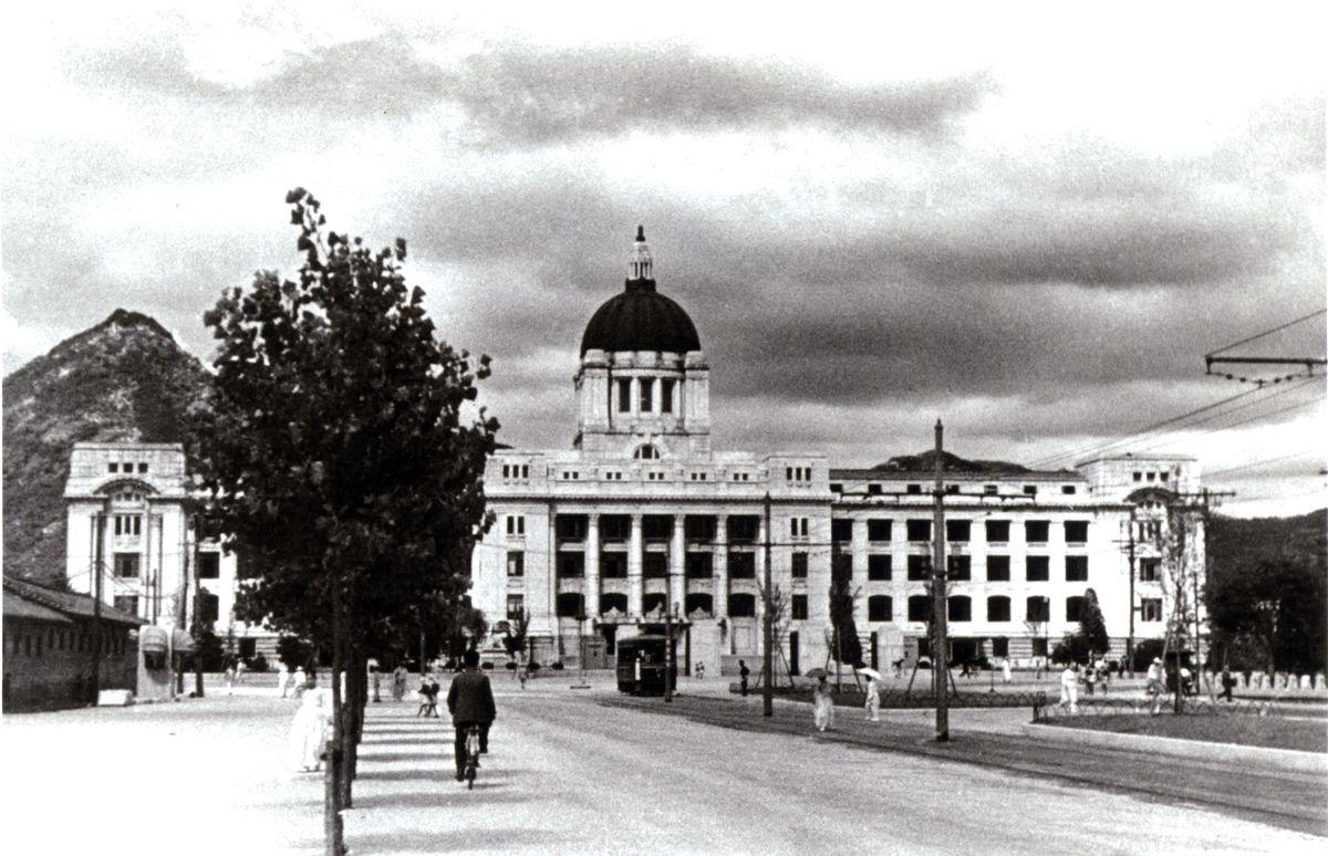 写真・図版 : 朝日新聞の「秘蔵写真が語る戦争」(2009年4月30日発行)に掲載された植民地支配の拠点だった朝鮮総督府の庁舎=撮影時期は1926年の建設以降